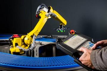 Robot wordt geprogrammeerd.
